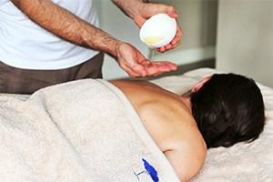 massage à l'huile et huiles essentielles grasse