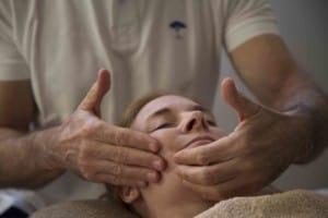 massage anti-age femme à domicile mougins